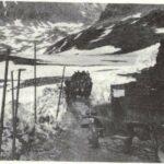 L'Artillerie passe le col de la Lombarde sur une route enneigée dégagée à la pelle