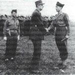 Le Général de Gaulle salue le Général Hautefeuille, commandant le BM 5 ; à gauche, le Général Gardet, commandant la 2èmc Brigade, le 24 septembre 1945 à Chelles