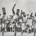 Sur un rythme syncopé, les tirailleurs exécutent la Danse du Sabre