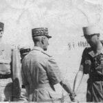 Décoration du général KOENIG de la Croix de la Libération en présence du Général de Gaulle