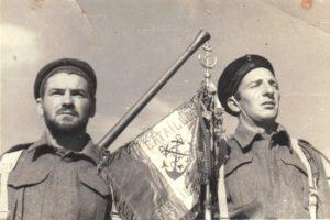 Fanion du Bataillon à Bir Hakeim - Fonds Henri Fercocq