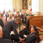 Le représentant du Ministre salut un ancien de Bir Hakeim et ancien Ministre Hubert Germain