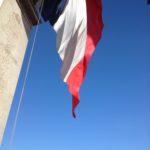 Pour cette journée le grand drapeau flottait sous l'arc